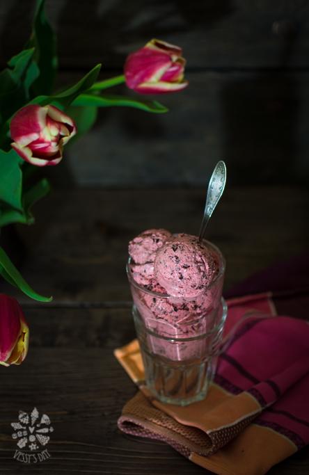 Strawberry stracciatella ice-cream-1-3