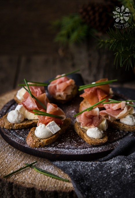 Bruschettas with ricotta mousse and prosciutto